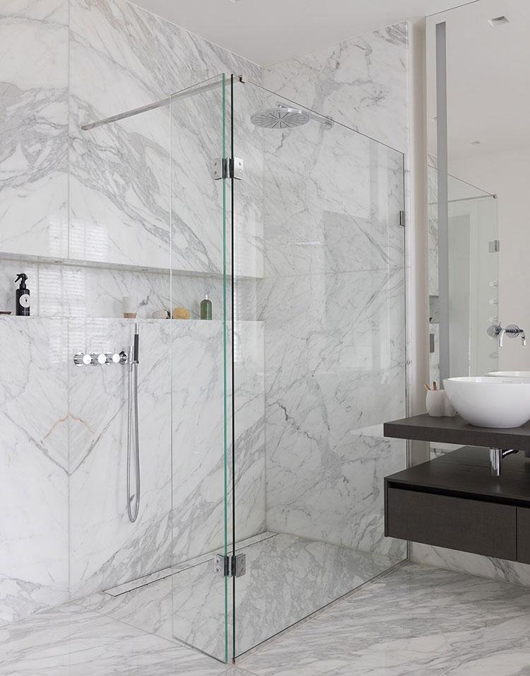 Idee per arredare un bagno in marmo bianco n.29