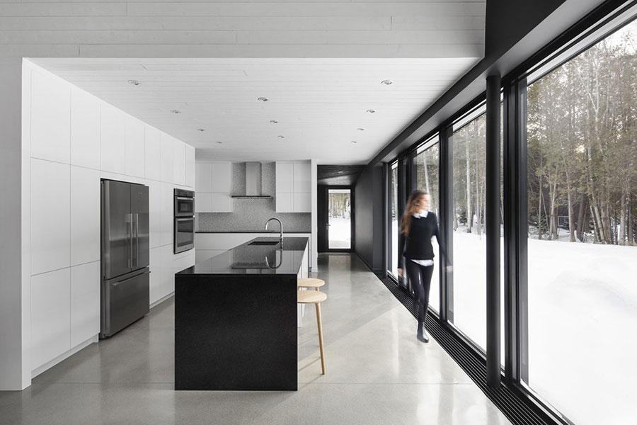 Modello di cucina bianca e nera lucida n.01