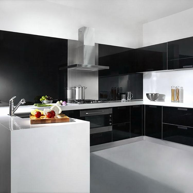 Modello di cucina bianca e nera lucida n.03