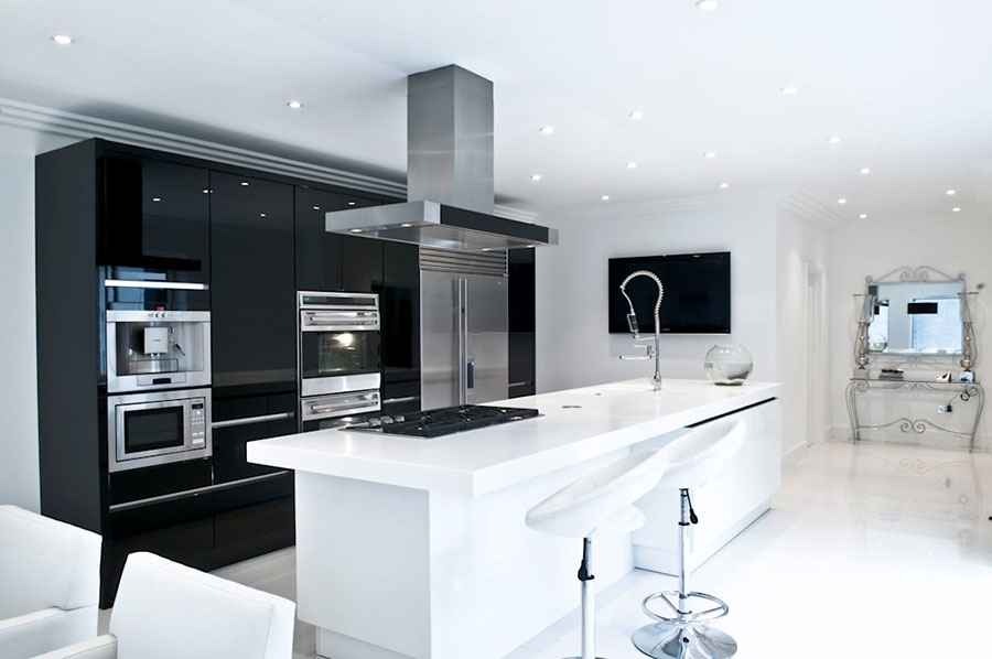 Modello di cucina bianca e nera lucida n.05