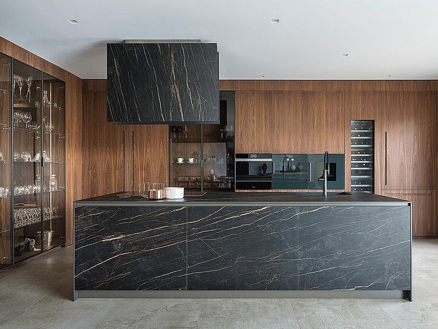 Modello di cucina nera e legno n.06