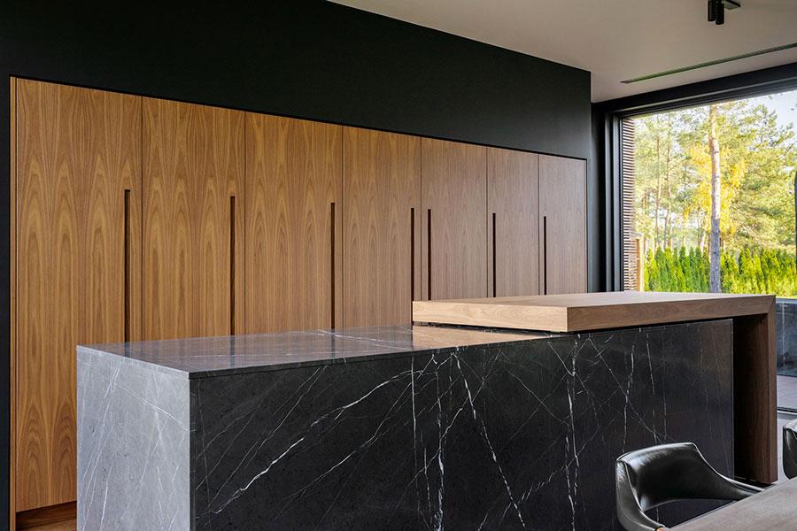 Modello di cucina nera e legno n.07