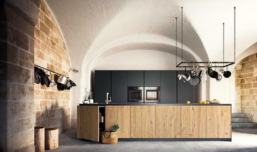 Modello di cucina nera e legno n.10