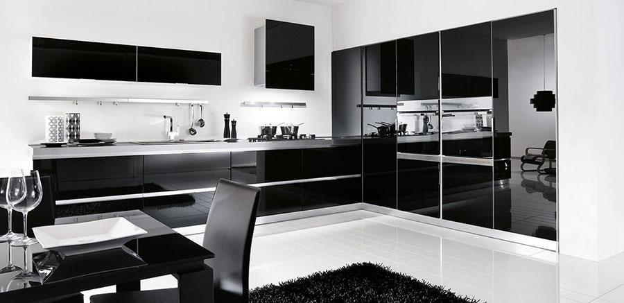 Modello di cucina nera lucida n.01