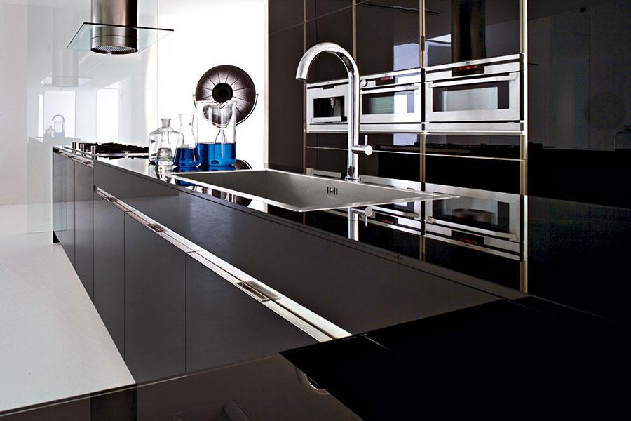 Modello di cucina nera lucida n.05