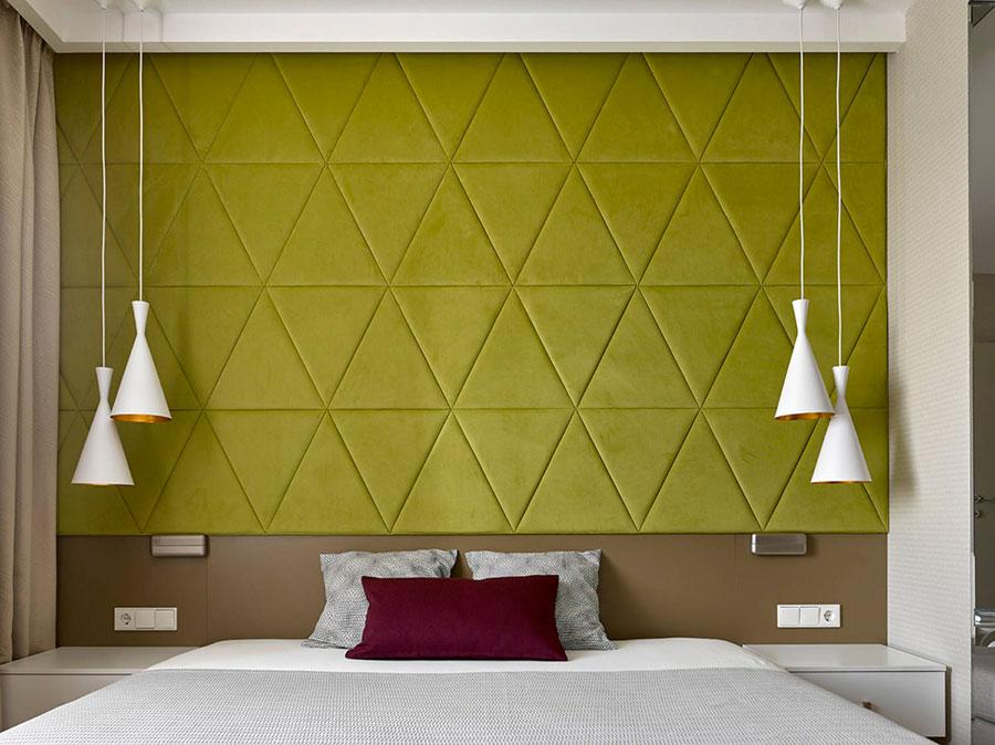 Idee per decorare la parete dietro al letto con la boiserie imbottita n.05