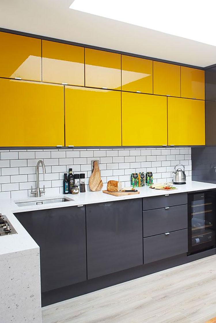 Idee per arredare la cucina con i colori Pantone 2021 grigio e giallo n.02