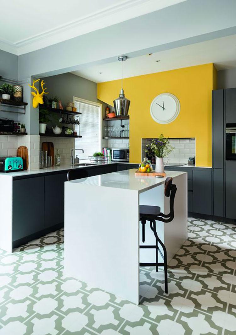Idee per arredare la cucina con i colori Pantone 2021 grigio e giallo n.05