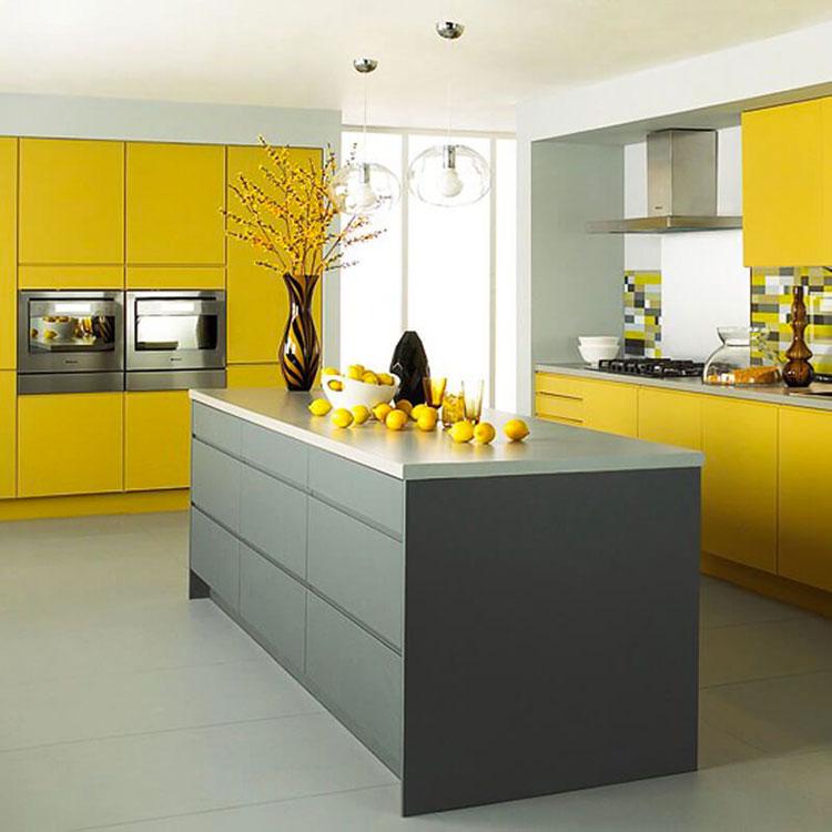 Idee per arredare la cucina con i colori Pantone 2021 grigio e giallo n.06