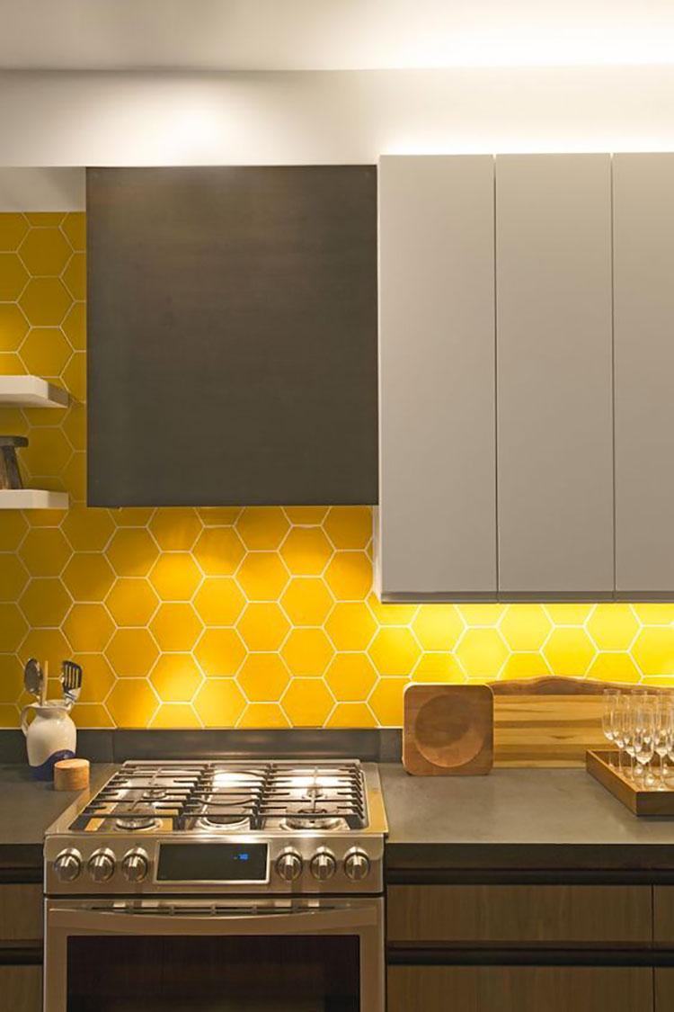 Idee per arredare la cucina con i colori Pantone 2021 grigio e giallo n.08