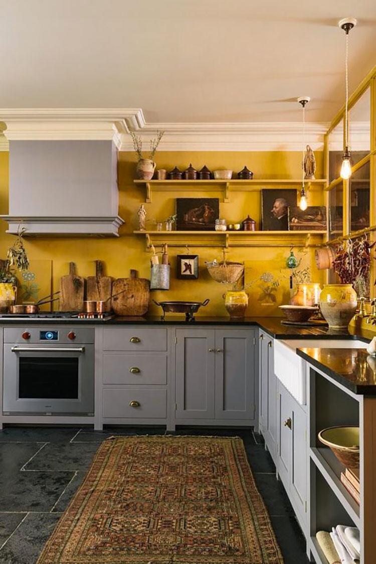 Idee per arredare la cucina con i colori Pantone 2021 grigio e giallo n.09