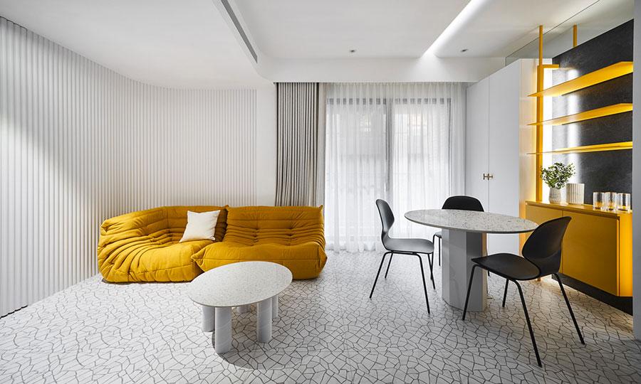 Idee per arredare il soggiorno con i colori Pantone 2021 grigio e giallo n.02