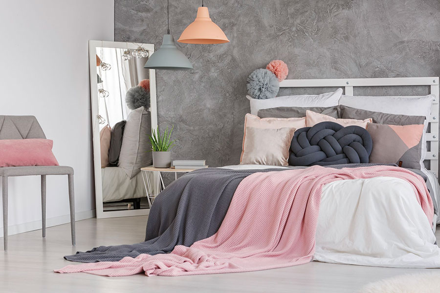 Idee per arredare una camera da letto grigia e rosa n.12