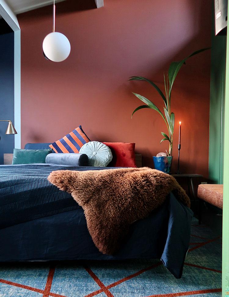 Idee camera da letto colore terra di Siena 01