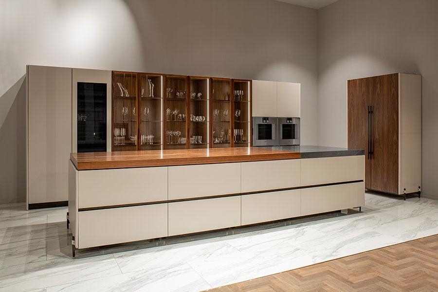 Modello di cucina beige e legno n.01