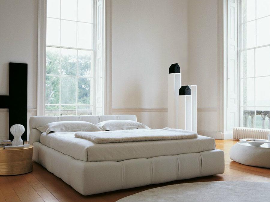 Modello di letto imbottito di B&B Italia n.02