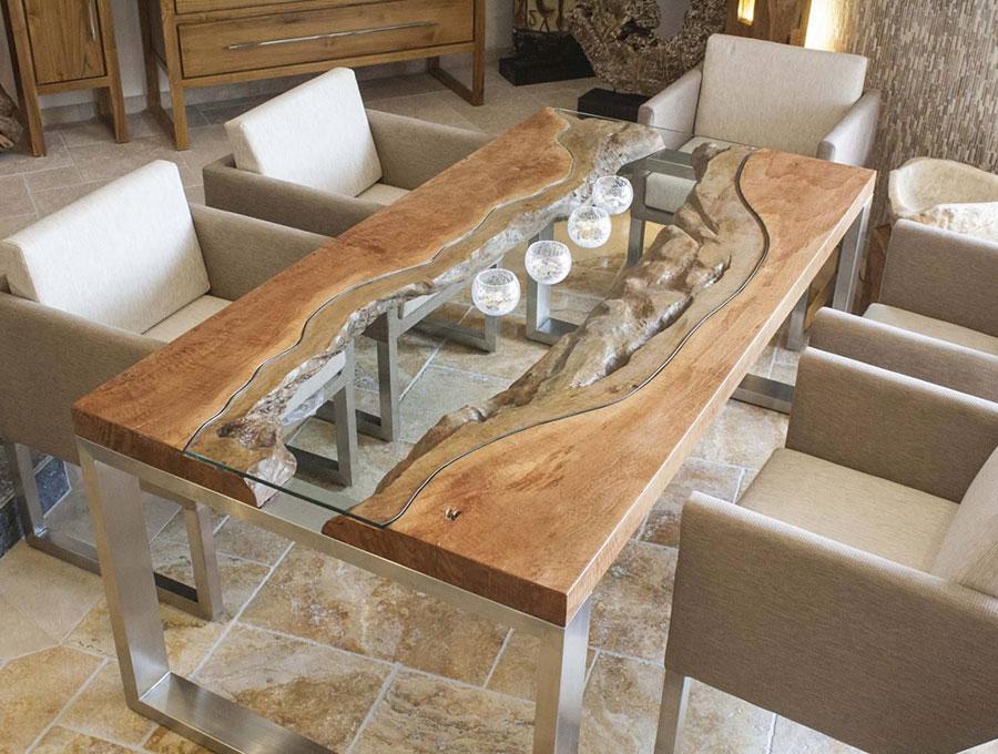Modello di tavolo in legno grezzo e vetro n.02