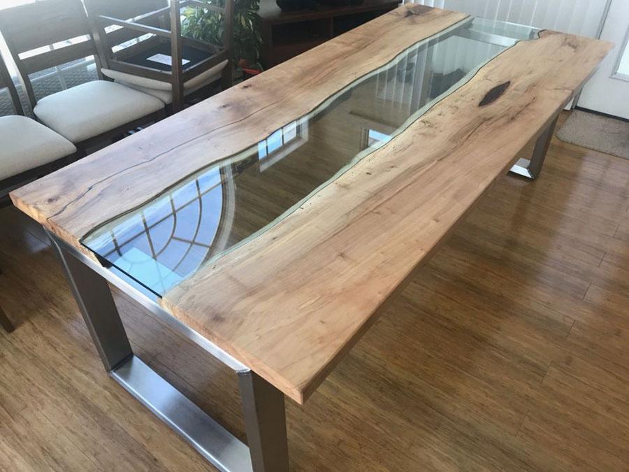 Modello di tavolo in legno grezzo e vetro n.03