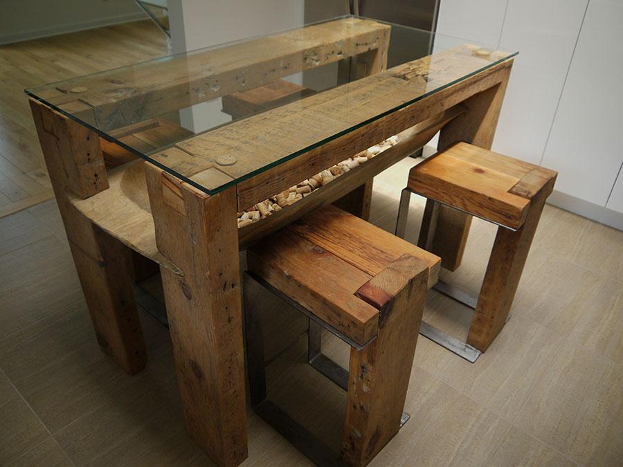 Modello di tavolo in legno grezzo e vetro n.06