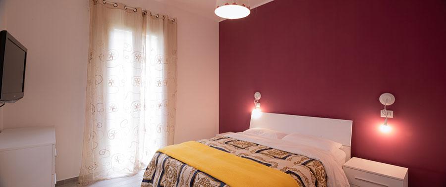 Idee camera da letto colore amaranto n.01