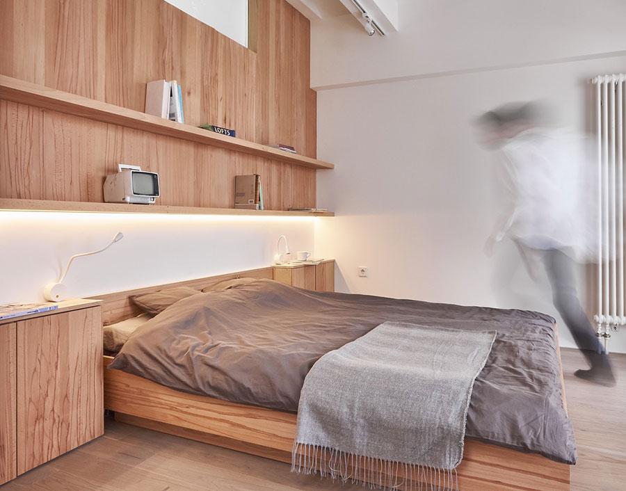 Idee per arredare una camera da letto bianca e legno n.12