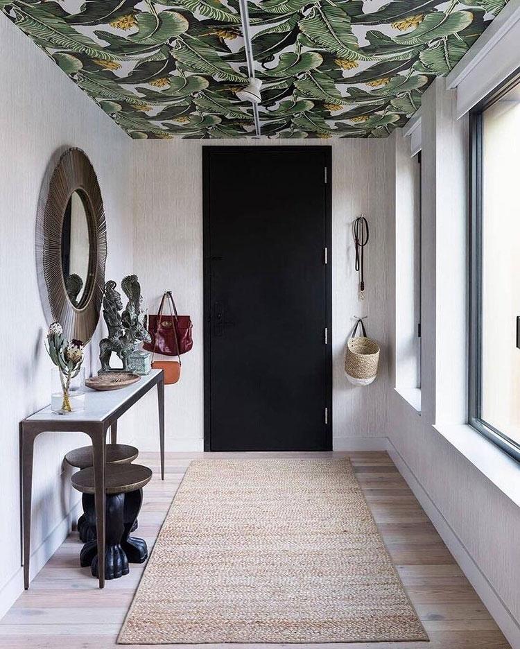 Idee per decorare il corridoio con la carta da parati n.11
