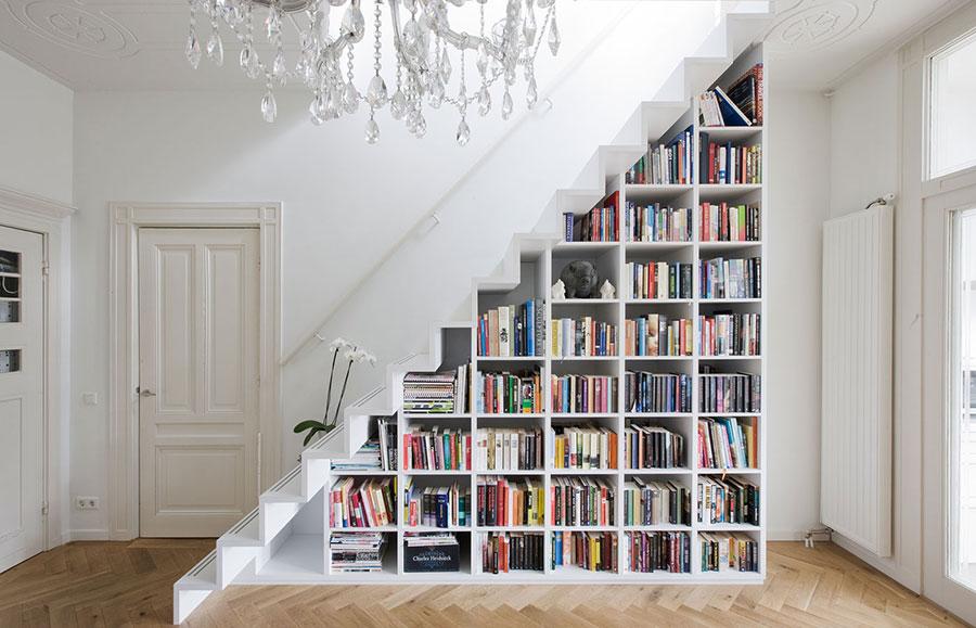 Idee per una scala con libreria integrata n.08