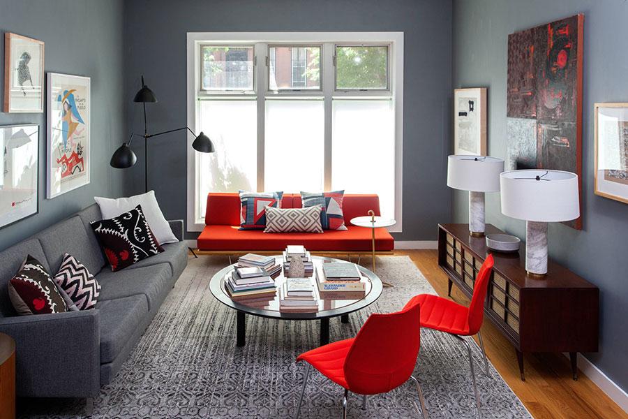 Idee per abbinare il divano rosso alle pareti grigie n.01