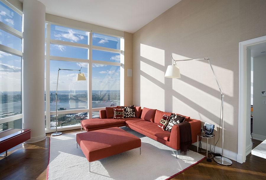 Idee per abbinare il divano rosso alle pareti tortora n.01