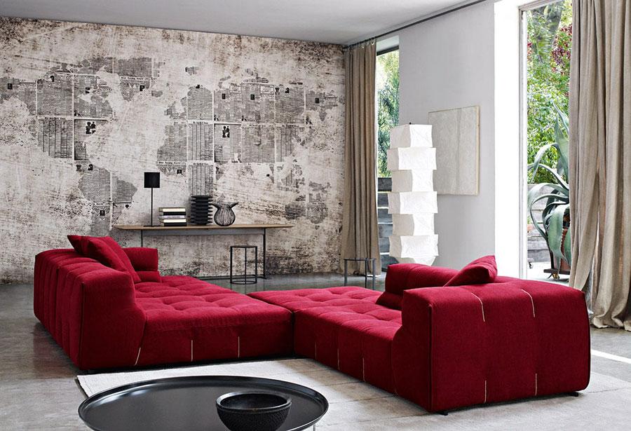 Idee per abbinare il divano rosso alle pareti tortora n.02